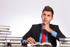 Το στοχαστικό άτομο διαβάζει στο γραφείο Στοκ φωτογραφία με δικαίωμα ελεύθερης χρήσης
