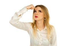 Το στοχαστικό κορίτσι έβαλε ένα δάχτυλο σε ένα κεφάλι Στοκ εικόνα με δικαίωμα ελεύθερης χρήσης