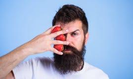 Το στοχαστικό πρόσωπο γενειάδων Hipster mustache σκέφτεται τα μούρα Το άτομο δεν μπορεί να σκεφτεί για το μπλε υπόβαθρο τίποτα αλ στοκ εικόνες