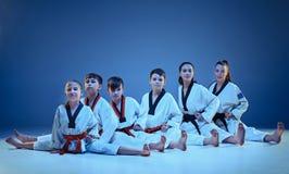 Το στούντιο που πυροβολείται της ομάδας παιδιών που εκπαιδεύουν karate τις πολεμικές τέχνες Στοκ φωτογραφίες με δικαίωμα ελεύθερης χρήσης