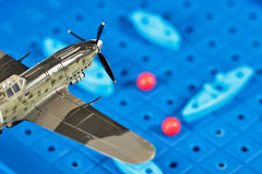 Το στρατιωτικό αεροπλάνο παιχνιδιών επιτίθεται στα σκάφη παιχνιδιών Στοκ φωτογραφία με δικαίωμα ελεύθερης χρήσης