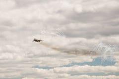 Το στρατιωτικό πολεμικό αεροσκάφος εκτελεί έναν ελιγμό Στοκ Εικόνες