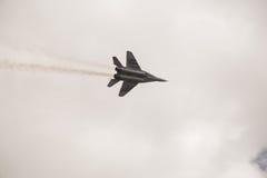 Το στρατιωτικό πολεμικό αεροσκάφος εκτελεί έναν ελιγμό Στοκ Εικόνα