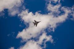 Το στρατιωτικό πολεμικό αεροσκάφος ρωσικά εκτελεί έναν ελιγμό Στοκ φωτογραφία με δικαίωμα ελεύθερης χρήσης