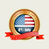 Το στρογγυλό σημάδι του χρυσού χρώματος με τη σκιαγραφία των ΗΠΑ σημαιοστολίζει, Στοκ εικόνα με δικαίωμα ελεύθερης χρήσης