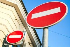 Το στρογγυλό κόκκινο δύο δεν υπογράφει καμία είσοδο Στοκ Φωτογραφία