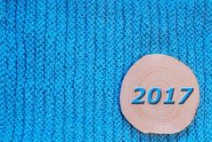 Το στρογγυλό πριόνι έκοψε την κλήθρα και την μπλε ημερομηνία το 2017 στο μπλε πλεκτό ύφασμα β στοκ φωτογραφίες