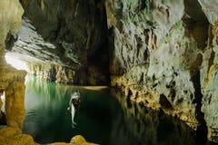 Το στόμα της σπηλιάς Phong Nha με τον υπόγειο ποταμό, εθνικό πάρκο, Βιετνάμ στοκ εικόνα