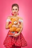 Το συγκινημένα κιβώτιο και Teddy δώρων εκμετάλλευσης γυναικών αντέχουν Στοκ εικόνα με δικαίωμα ελεύθερης χρήσης