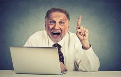 Το συγκινημένο ανώτερο άτομο που χρησιμοποιεί το φορητό προσωπικό υπολογιστή έχει μια ιδέα Στοκ Εικόνες