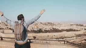 Το συγκινημένο ευρωπαϊκό αρσενικό τουριστών αυξάνει τα χέρια τα ιερά εβραϊκά άτομα του Ισραήλ Ιερουσαλήμ οι περισσότεροι άνθρωποι απόθεμα βίντεο