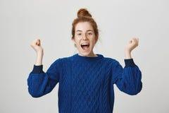 Το συγκινητικό κορίτσι γιορτάζει τη νίκη της ομάδας ποδοσφαίρου της Στούντιο που πυροβολείται της εκφραστικής ελκυστικής γυναίκας στοκ εικόνες