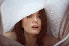 Το συγκινητικό πορτρέτο της γυναίκας δοκιμάζει τις συγκινήσεις Στοκ φωτογραφία με δικαίωμα ελεύθερης χρήσης