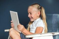 Το συγκλονισμένο έκπληκτο προ παιχνίδι κοριτσιών εφήβων στο PC ταμπλετών ανοίγει το στόμα της στο καθιστικό στο σπίτι έννοια οικο στοκ φωτογραφίες