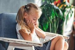 Το συγκλονισμένο έκπληκτο προ παιχνίδι κοριτσιών εφήβων στο PC ταμπλετών ανοίγει το στόμα της στο καθιστικό στο σπίτι έννοια οικο στοκ εικόνα με δικαίωμα ελεύθερης χρήσης