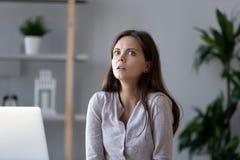 Το συγκλονισμένο θηλυκό συναίσθημα εργαζομένων που τονίστηκε ξαφνικά αναφερόμενος περίπου ξέχασε την προθεσμία στοκ φωτογραφίες με δικαίωμα ελεύθερης χρήσης