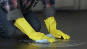 Το συναίσθημα μητέρων κούρασε για να καθαρίσει και να γυαλίσει το πάτωμα και τα έπιπλα, οικοκυρική απόθεμα βίντεο