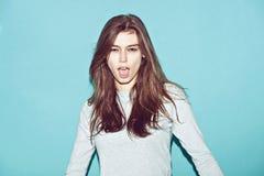 Το συναισθηματικό αρκετά νέο κορίτσι hipster κάνει αστείος Στοκ εικόνες με δικαίωμα ελεύθερης χρήσης