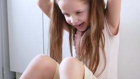 Το συναισθηματικό κορίτσι παίζει στα τηλεοπτικά παιχνίδια χρησιμοποιώντας την ταμπλέτα Πορτρέτο του παιδιού με την ηλεκτρονική συ απόθεμα βίντεο
