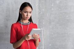 Το συνοφρύωμ μοντέρνο κορίτσι έχει τη δυσάρεστη επικοινωνία Στοκ φωτογραφία με δικαίωμα ελεύθερης χρήσης