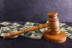 Το σφυρί δημοπρασίας στη στάση και δίπλα σε πολλούς λογαριασμούς δολαρίων Στοκ εικόνα με δικαίωμα ελεύθερης χρήσης