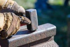 Το σφυρί σιδηρουργών χτυπά το στοιχείο Στοκ Φωτογραφίες
