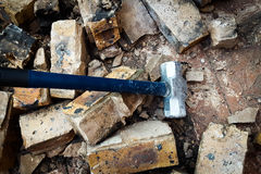Το σφυρί χάλυβα σπάζει τον τοίχο Στοκ Εικόνες