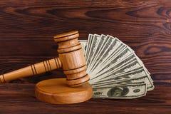 Το σφυρί auctioneer που χτυπά στη στάση, δίπλα σε πολλούς λογαριασμούς δολαρίων στοκ φωτογραφία με δικαίωμα ελεύθερης χρήσης