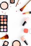 Το σχέδιο με τα καλλυντικά έθεσε με τα μπεζ και nude χρώματα στην άσπρη τοπ άποψη υποβάθρου copyspace Στοκ εικόνες με δικαίωμα ελεύθερης χρήσης