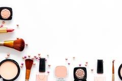 Το σχέδιο με τα καλλυντικά έθεσε με τα μπεζ και nude χρώματα στην άσπρη τοπ άποψη υποβάθρου copyspace Στοκ Εικόνα