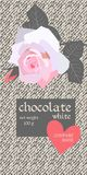 Το σχέδιο συσκευασίας φραγμών σοκολάτας με όμορφο ανοικτό ροζ αυξήθηκε και κόκκινη καρδιά στο υπόβαθρο τζιν Συσκευάζοντας πρότυπο ελεύθερη απεικόνιση δικαιώματος