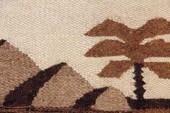 Το σχέδιο υφάσματος μαλλιού καμηλών με την αιγυπτιακή σκιαγραφία πυραμίδων Στοκ Φωτογραφίες