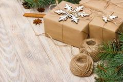 Το σχέδιο Χριστουγέννων με snowflake, κώνοι πεύκων, έλατο διακλαδίζεται, δώρο Χριστουγέννων Το τοπ επίπεδο άποψης βρέθηκε Στοκ εικόνα με δικαίωμα ελεύθερης χρήσης