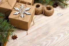 Το σχέδιο Χριστουγέννων με snowflake, κώνοι πεύκων, έλατο διακλαδίζεται, δώρο Χριστουγέννων Το τοπ επίπεδο άποψης βρέθηκε Στοκ Εικόνες