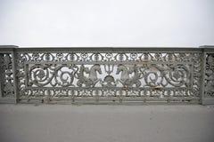 Το σχέδιο του κιγκλιδώματος σιδήρου πίσω από τη Schmidt υπολοχαγών γέφυρα στη Αγία Πετρούπολη Στοκ φωτογραφία με δικαίωμα ελεύθερης χρήσης