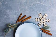 Το σχεδιάγραμμα ενός πιάτου, ραβδιά κανέλας, ένας κλαδίσκος ενός χριστουγεννιάτικου δέντρου και διακοσμητικό snowflake Στοκ Εικόνες