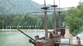 Το σχεδιάγραμμα του αρχαίου σκάφους στο νερό στοκ εικόνα