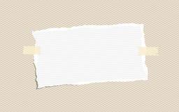 Το σχισμένο λευκό κυβέρνησε τη σημείωση, σημειωματάριο, copybook φύλλα εγγράφου που κολλήθηκαν σε καφετή Στοκ Εικόνες