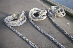 Το σχοινί βαρκών για την άγκυρα ξαρτιών για να ελλιμενίσει το λιμένα αποβαθρών έδεσε για την ασφάλεια σκαφών στοκ φωτογραφία