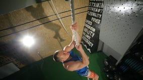 Το σχοινί ικανότητας αναρριχείται στην άσκηση στη γυμναστική Workout ικανότητας Νέος αρσενικός αθλητής απόθεμα βίντεο