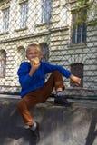 Το σχολείο είναι αγόρι με ένα χάμπουργκερ στοκ φωτογραφία με δικαίωμα ελεύθερης χρήσης