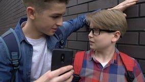 Το σχολείο φοβερίζει να πάρει μαζί το τηλέφωνο από το σπουδαστή, που χλευάζει τις φωτογραφίες στο κοινωνικό δίκτυο φιλμ μικρού μήκους