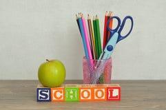 Το σχολείο λέξης που συλλαβίζουν με τους ζωηρόχρωμους φραγμούς αλφάβητου Στοκ Εικόνες