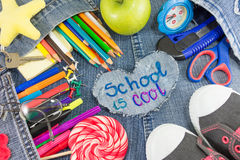 Το σχολείο έχει δροσιά το σημάδι με τα δημιουργικά αντικείμενα εκμάθησης Στοκ Εικόνες