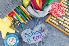 Το σχολείο έχει δροσιά το σημάδι με τα δημιουργικά αντικείμενα εκμάθησης Στοκ φωτογραφία με δικαίωμα ελεύθερης χρήσης