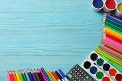 το σχολείο γραφείων απεικόνισης παρέχει το διάνυσμα Σχολικό υπόβαθρο χρωματισμένος μολύβια, στυλός, πόνοι, έγγραφο για το σχολείο στοκ εικόνες