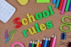 Το σχολείο κυβερνά τις λέξεις στο φελλό στοκ φωτογραφία με δικαίωμα ελεύθερης χρήσης