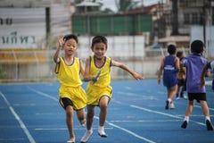Το σχολικό αγόρι τρέχει κατά τη διάρκεια της φυλής ηλεκτρονόμων του φεστιβάλ αθλητικής ημέρας στοκ φωτογραφία