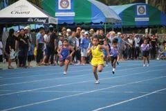 Το σχολικό αγόρι τρέχει κατά τη διάρκεια της φυλής ηλεκτρονόμων του φεστιβάλ αθλητικής ημέρας στοκ εικόνα με δικαίωμα ελεύθερης χρήσης