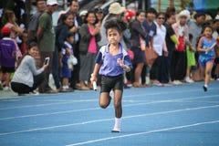 Το σχολικό αγόρι τρέχει κατά τη διάρκεια της φυλής ηλεκτρονόμων του φεστιβάλ αθλητικής ημέρας στοκ εικόνες